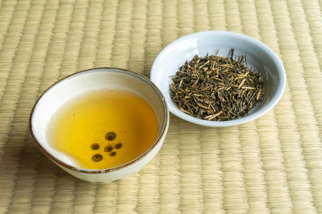 土佐茶の別製ほうじ茶と茶葉